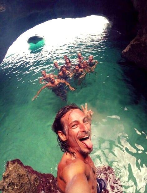 Capitaine Fede et un groupe de clients dans les grottes de Formentera