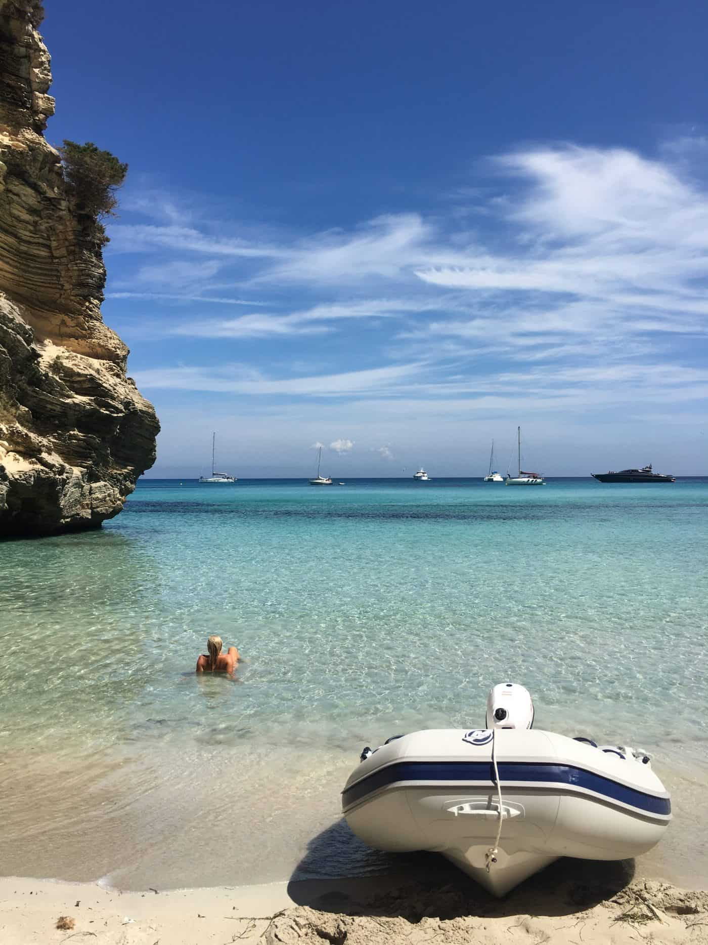Fille allongée dans l'eau dans une belle crique de Formentera