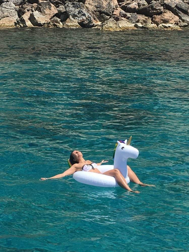 Une fille sur un flotteur en forme de licorne.