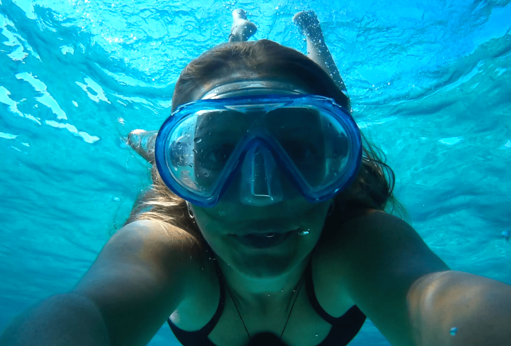 Location catamaran à Ibiza - Fille faisant du snorkeling