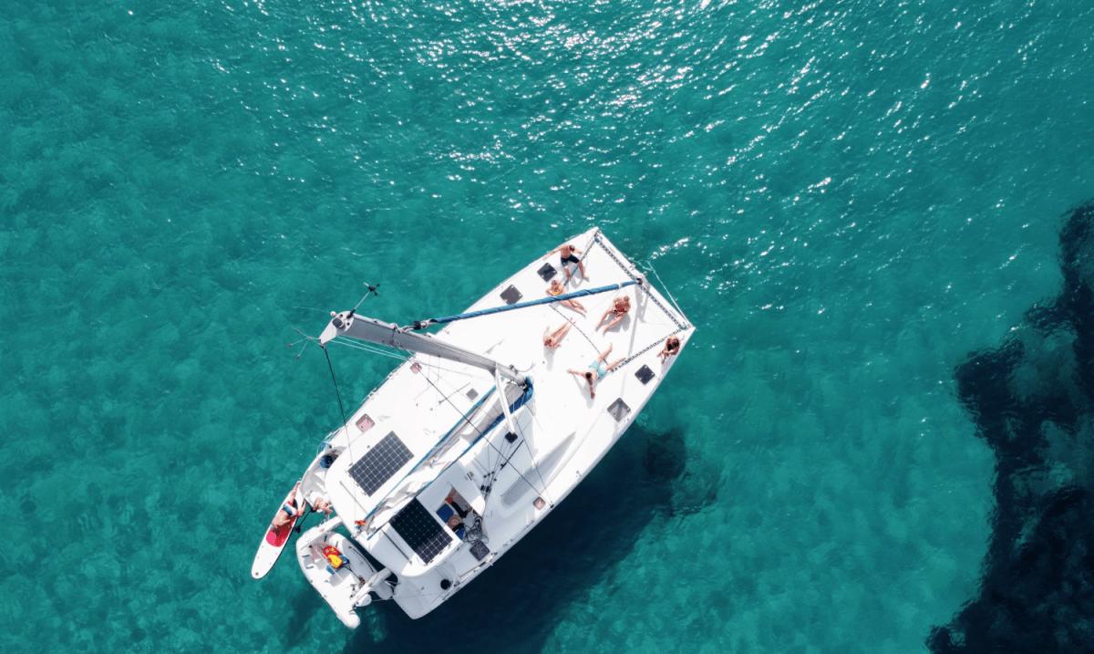 Catamaran fondeado en Ibiza
